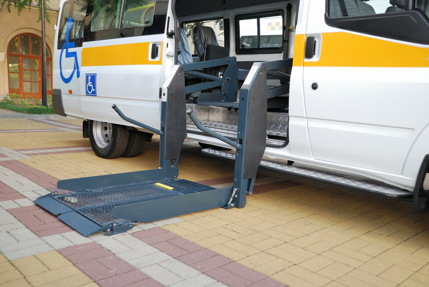 Service bus with a service ramp